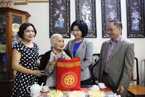 Phó Chủ tịch HĐND Thành phố Phùng Thị Hồng Hà thăm, tặng quà gia đình chính sách quận Cầu Giấy