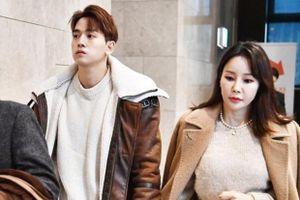 Sao nữ Hàn và chồng kém 17 tuổi dự cưới đồng nghiệp
