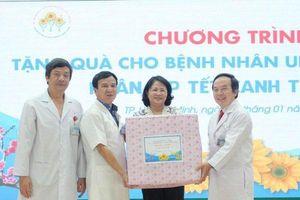 Phó Chủ tịch nước Đặng Thị Ngọc Thịnh cùng đoàn đại biểu thăm và tặng quà Tết cho bệnh nhân ung thư