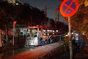 Xe khách bốc cháy ngùn ngụt trong đêm ngay trên đường Sài Gòn