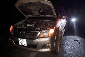 Nghệ An: 2 người bị ô tô tông thương vong khi đang sửa xe bên đường
