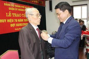 Chủ tịch UBND TP Nguyễn Đức Chung trao Huy hiệu Đảng tại quận Hoàng Mai