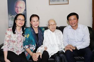 Chủ tịch QH Nguyễn Thị Kim Ngân thăm, chúc Tết gia đình các đồng chí nguyên lãnh đạo Ðảng, Nhà nước
