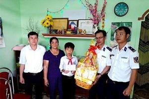 Cảnh sát biển thăm, tặng quà Tết trên đảo Lý Sơn