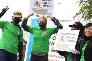 Hà Nội: Người nước ngoài cùng học sinh giơ cao khẩu hiệu 'Đừng để Táo quân mang rác lên chầu'