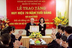 Lãnh đạo Thành ủy Hà Nội trao Huy hiệu Đảng cho các đảng viên lão thành