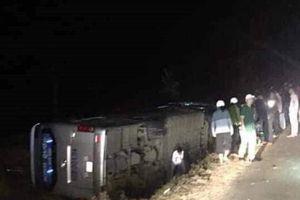 Lật xe khách trong đêm, 2 người thương vong