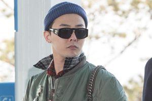 G-Dragon mặc sành điệu, đeo túi nữ tại sân bay
