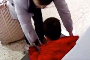 Tưởng nhầm hành lý, người cha đặt con trai 3 tuổi vào máy quét an ninh