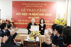 Lãnh đạo Thành phố trao Huy hiệu Đảng cho đảng viên lão thành Nguyễn Văn Chuẩn