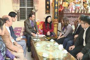 Lãnh đạo huyện Đông Anh thăm, tặng quà Tết cho đối tượng chính sách