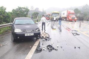 4 xe ô tô va chạm liên hoàn trên đường cao tốc Nội Bài - Lào Cai