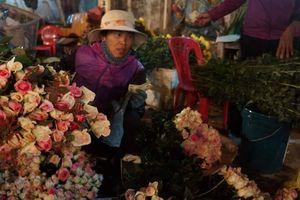 Nhộn nhịp chợ hoa Tết Lũng đêm giữa lòng phố Cảng