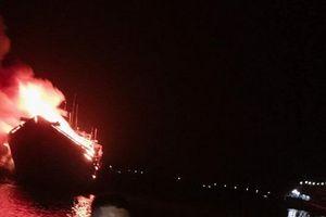 Sau lễ cúng tất niên, hai tàu cá chục tỷ bị lửa lớn thiêu rụi trong đêm