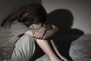Tung clip thầy giáo quan hệ với nữ sinh lên mạng có thể bị phạt tù