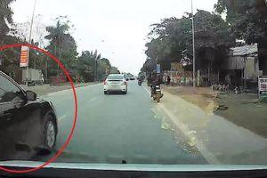 Ôtô vượt ẩu quẹt gãy gương chiếu hậu xe khác rồi bỏ chạy