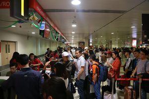 Những ngày gần Tết, sân bay Tân Sơn Nhất đông nghịt, hành khách vật vã nằm chờ