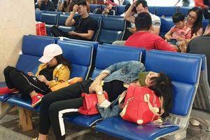 Nghìn người vạ vật ở Tân Sơn Nhất chờ lên máy bay về quê ăn Tết