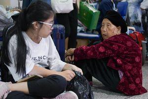 Người già, trẻ em mệt mỏi vạ vật ở sân bay Tân Sơn Nhất chờ được về quê đón Tết