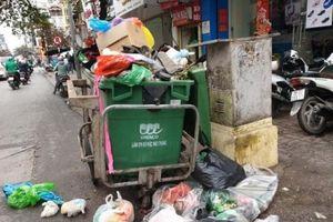Cận Tết, rác thải sinh hoạt ngổn ngang, công nhân căng mình thu dọn