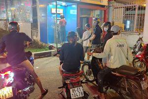 TP.HCM: Hàng loạt người xếp hàng chờ rút tiền lúc nửa đêm để về quê ăn Tết