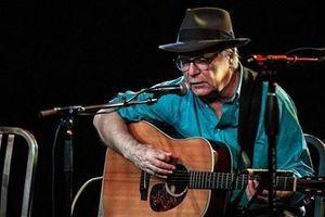 Ca sĩ Mỹ qua đời khi đang biểu diễn trên sân khấu
