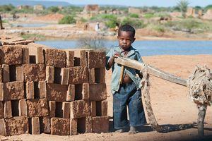 Cuộc sống cơ cực ở Madagascar, làm việc 15 giờ để kiếm 2 USD