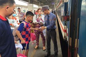 Hành khách ùn ùn từ TP Hồ Chí Minh về quê đón Tết