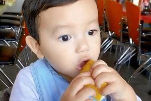 Biểu cảm cực 'cute' của con trai Phạm Hương khi ăn chanh
