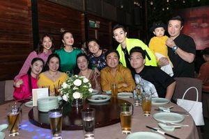 Gil Lê đưa bố mẹ đến tiệc tất niên của Hoàng Thùy Linh
