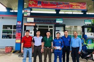 PVOIL khen thưởng nhân viên dũng cảm bắt cướp trong cây xăng