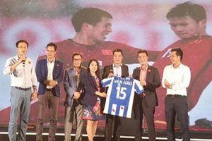 Shark Vương bán đấu giá áo đấu của Văn Hậu, Đức Chinh, thu 300 triệu