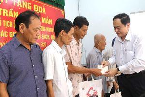 Ông Trần Thanh Mẫn tặng quà Tết cho các hộ nghèo ở Sóc Trăng