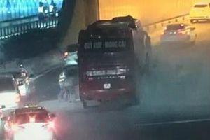 Xe khách bốc khói nghi ngút ở cửa hầm Thủ Thiêm