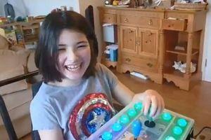 Người cha chế tay cầm chơi game cho con khuyết tật