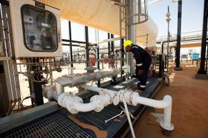 Giá dầu Brent lại vượt 65 USD/thùng do lo ngại bất ổn chính trị tại Libya,Iraq