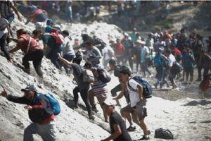 Đụng độ dữ dội giữa đoàn di dân đến Mỹ và cảnh sát Mexico