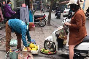 Quái xế Lead cán nát rổ hoa quả còn trách mắng người bán hàng