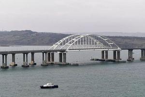 Cầu Crimea đón chuyến tàu chở khách thứ 100