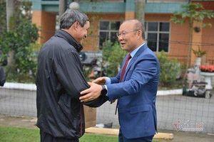 Thầy Park tặng quà chúc Tết ông Mai Đức Chung trước khi về Hàn Quốc