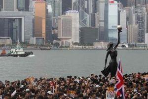 Hong Kong với mớ bòng bong sau chuyện Moody's hạ tín nhiệm