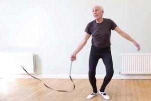 Người đàn ông 75 tuổi tốt nghiệp lớp múa ballet