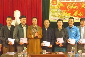 Huyện Mỹ Đức tặng 50 suất quà cho cán bộ và người dân xã Đồng Tâm