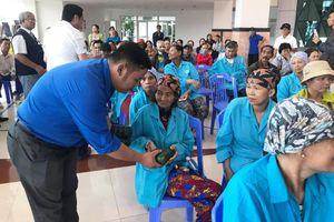 Gói hơn 2000 bánh chưng tặng bệnh nhân, người nghèo ăn Tết