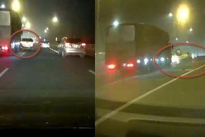 Clip chồng lái ô tô chở vợ con vượt ẩu trên cao tốc Đại Xuyên, bị xe tải húc lật ngửa