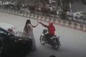 Mải mê chụp ảnh, cô gái trẻ bị kẻ gian giật mất điện thoại
