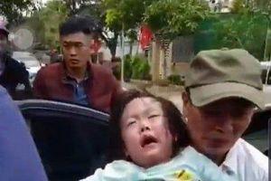 Bố bỏ quên chìa khóa, 2 bé gái bị mắc kẹt hoảng loạn trên xe ô tô
