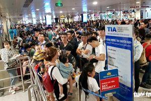 Máy bay hoãn chuyến, hành khách nằm, ngồi la liệt ở Tân Sơn Nhất