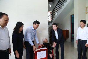 Vietcombank tặng 100 nhà nhân ái và 1000 suất quà cho người nghèo