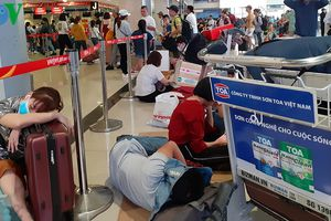 Sân bay Tân Sơn Nhất vào cao điểm, khách đến trước giờ bay nửa ngày